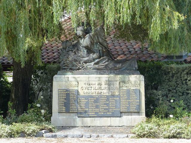 Guéthary, Pyrénées-Atlantiques: Monument aux morts (mémorial aux assassinés getariars de la guerre: gudan hil diren guethariarren orhoitzapenetan) dont la statue fut réalisée par Maxime Real Del Sarte,  mutilé de guerre (amputé de l'avant-bras gauche)