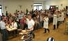 Es ist einer der Höhepunkte der Veranstaltung, als am frühen Nachmittag Metzgermeister und Organisator Josef Dinjer an der Spitze des Helferteams mit dem Tortenbuffet einmarschiert.