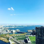 青空がとても気持ちいいのに。 昨夜発生したトラブル事案により朝から土下座祭開催中… ああ胃が痛い…  #土下座 #横浜 #よこはま  #横浜東口 #空 #青空 #スカイブルー