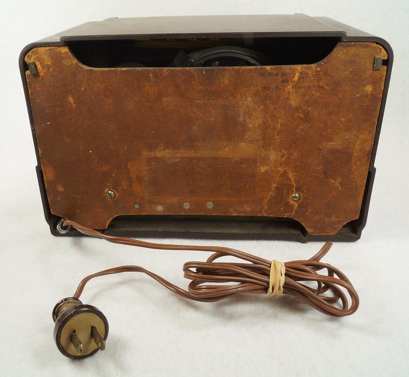 RD11401 Vintage Mid Century 1948 TRAV-LER 5066 Brown Bakelite Case TUBE RADIO DSC09654
