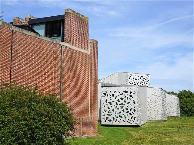 L'ancien et le nouveau bâtiment du LAM (Villeneuve-d'Ascq)