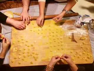 La tradizione romagnola dei cappelletti fatti in casa.  Noi li facciamo ancora tutti insieme la vigilia di Natale: mamma, sorella, zia, cugina, suocera...  Uno dei giorni piu belli dell'anno!