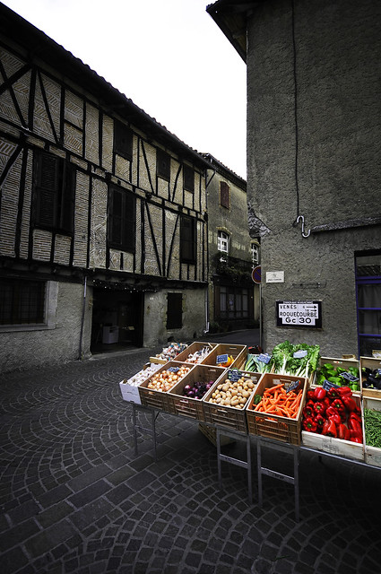 Lautrec rue village place marche fruits legumes - atana studio