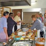In der Küche im Donauschwabenhaus - letzte Vorbereitungen für das Mittagessen