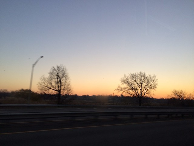 土, 2015-12-05 06:08 - JFKに向かう車から見た朝日