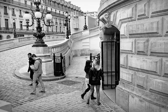 À l'entrée de l'Opéra - Paris est libre