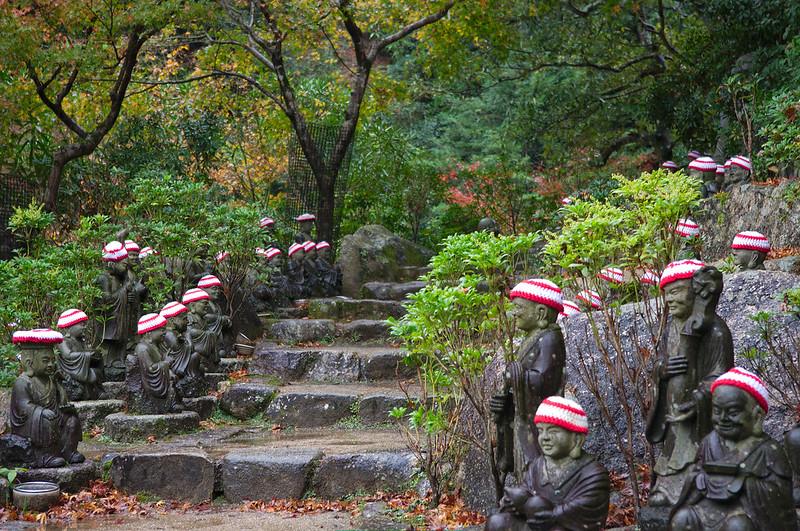 Tout le chemin est bordé de ces statuettes avec des bonnets rouge et blanc