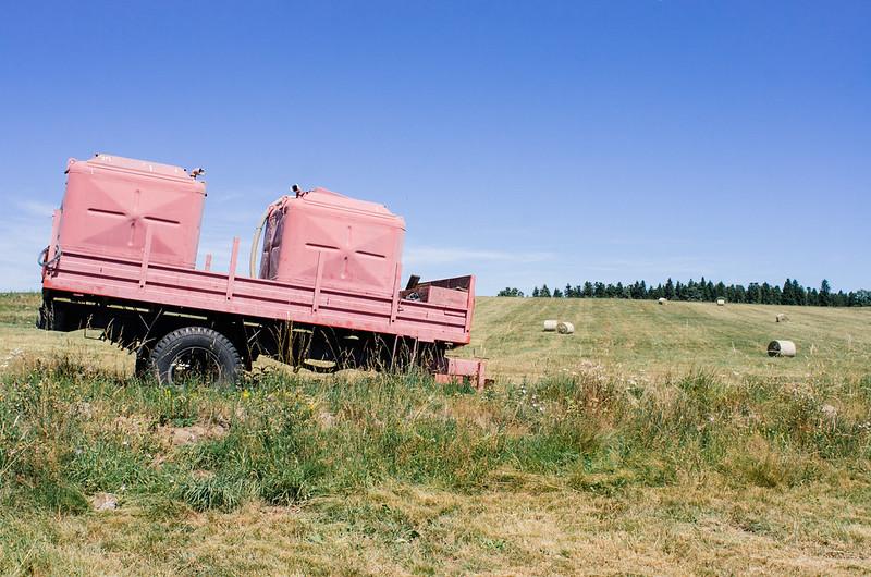 Citernes en plein champs dans le Cézallier - Cantal
