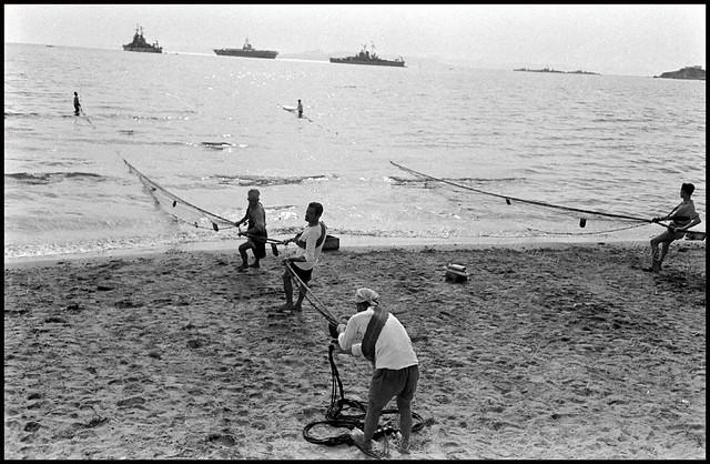 Ψαράδες στην παραλία του Νέου Φαλήρου.Φωτογραφία του Mark Kauffman τον Νοέμβριο του 1948 ο οποίος συνόδευε τον 6ο Στόλο κατά την διάρκεια της επίσκεψής του στην Ελλάδα. Αρχείο: Time Life Magazine.