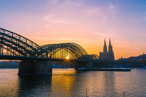 bridge sunset sky river boat sonnenuntergang dom cologne himmel köln dome fluss rhein schiff sonnenstrahlen eisenbahnbrücke hohenzollernbrücke