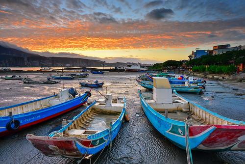 taiwan newtaipeicity bali sunrise dawn outdoors scenery danshuiriver port cloud sky 台灣 新北市 八里區 八里渡船頭 火燒雲 日出 晨曦 雲彩 漁船 舢舨船 漁港