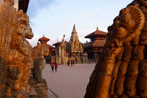 nepal sunset statue temple king palaisroyal coucherdesoleil bhaktapur roi durbarsquare horizontale bhupatindramalla bertranddecamaret