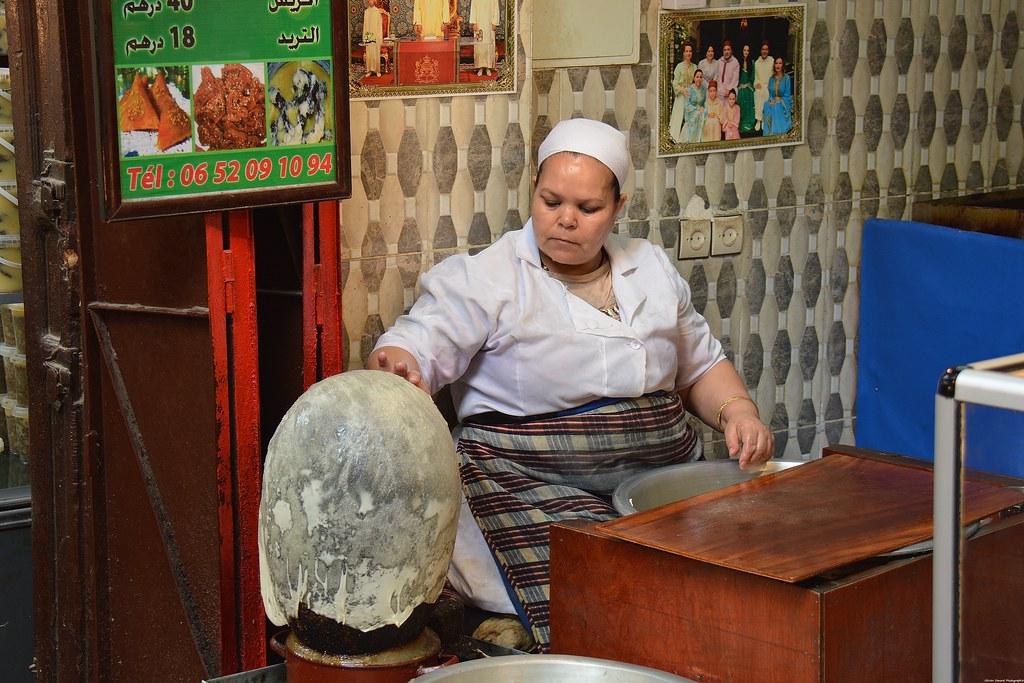 Femme Marocaine Preparant Des Crepes Dans La Medina De Fes Flickr