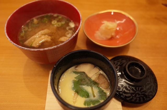 <p>h)得鮮握り、すしのすけセットに付いている具沢山の茶わん蒸しとお椀。</p>