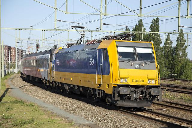 NS TRAXX E186 010, Amsterdam Centraal, June 2015