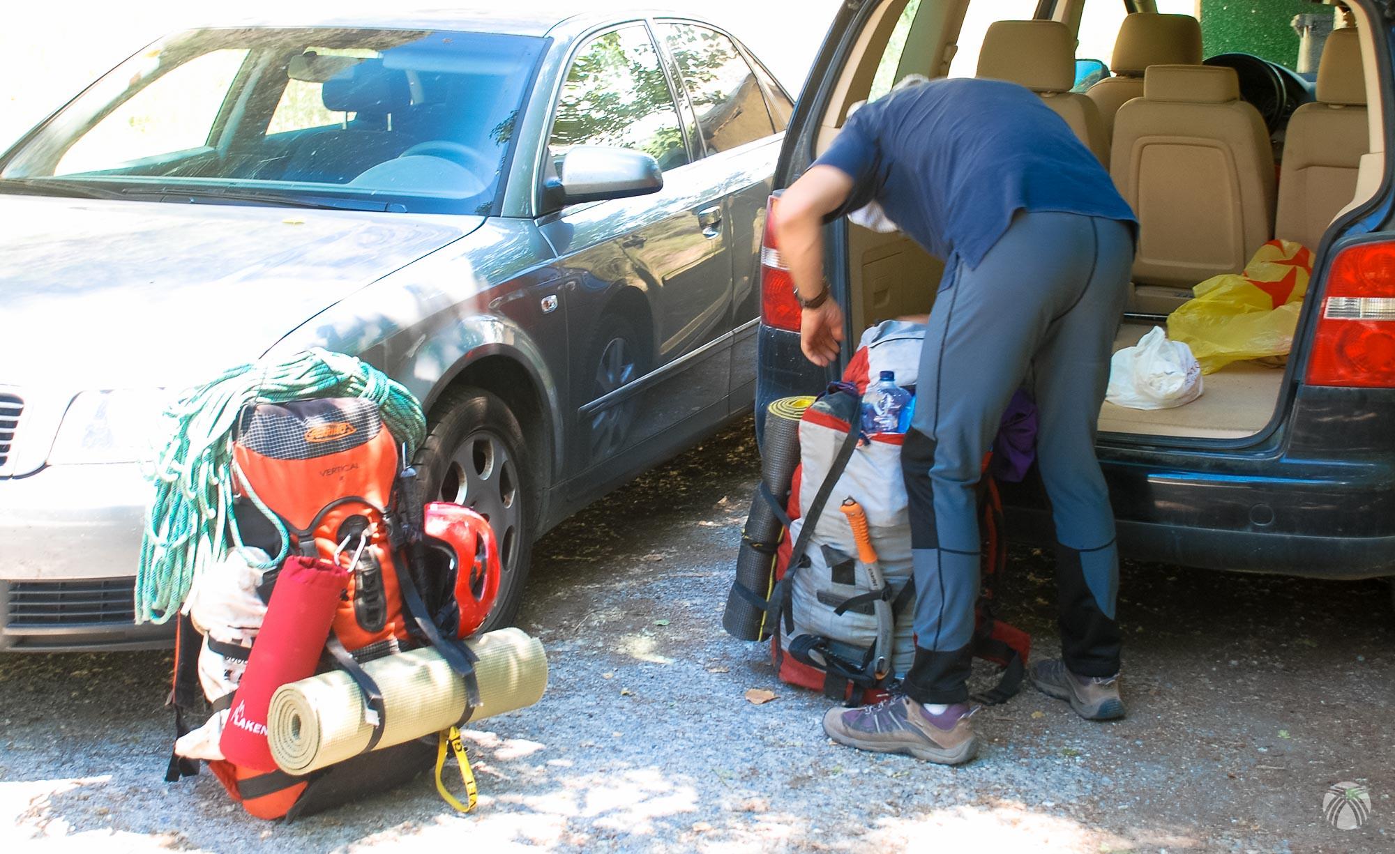 Organizando las mochilas en el barranco de San Juan