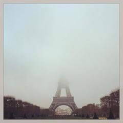 La tete dans les nuages #paris  #eiffeltower #toureiffel #fog