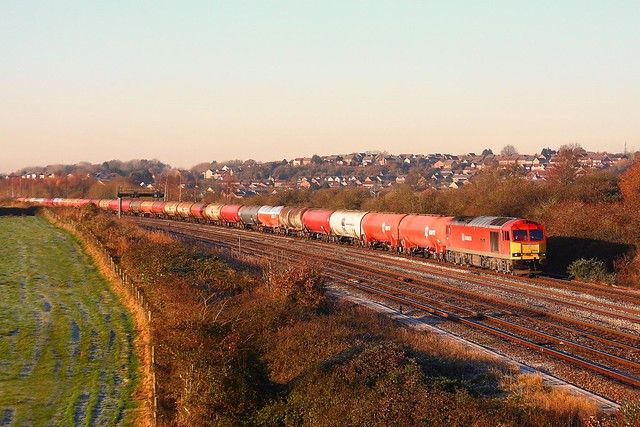 60019 approaches the light at STJ working 6B13 Robston - Westerleigh loaded Murco tanks 01-12-2016