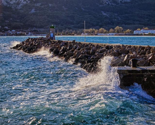 Baška: udaranje valova o lukobran lučice Sveti Ivan