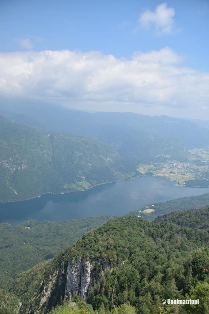 Näkymä vuorelta alas järvelle