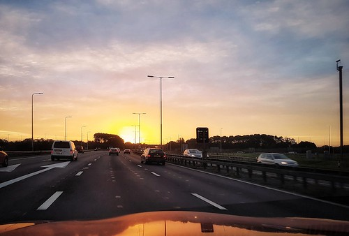 motorway highway road traffic driving cars vehicles morning dawn sunrise sun rays clouds sky skyline skyscape flight airport berkshire thamesvalley m4 heathrow lhr phone mobile cellphone smartphone android app samsung galaxy s7 samsunggalaxys7 perfectlyclear snapseed
