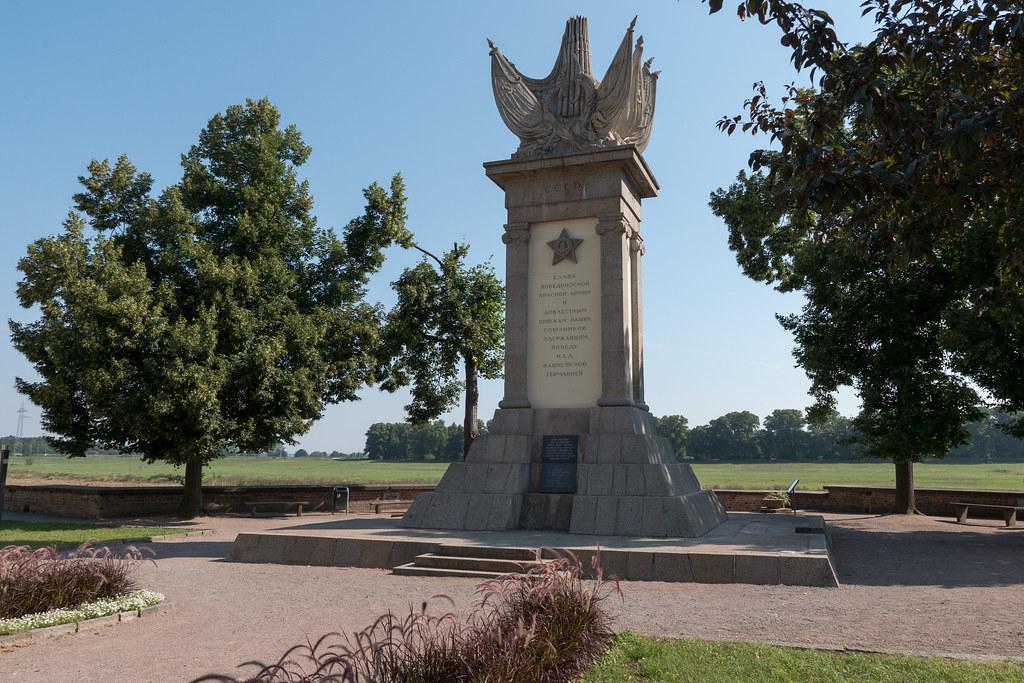 Torgau: Denkmal der Begegnung an der Elbe, das an die Vereinigung sowjetischer und amerikanischer Truppen am 25. April 1945 in Torgauerinnert