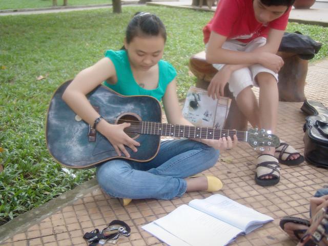 0646 – Cô gái chơi đàn Guitar – The Girl plays Guitar – 999
