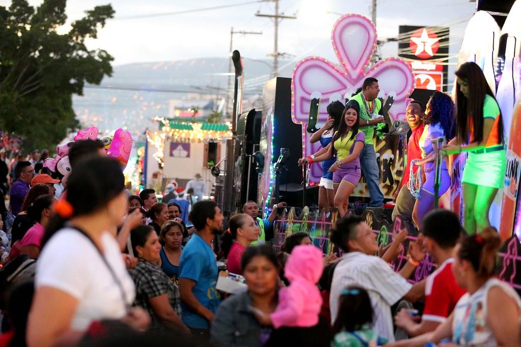 Fotos Carrozas Navidenas.Espectacular Desfile De Carrozas Navidenas Miles De Capita