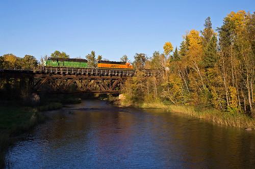 bridge railroadbridge fallcolor emdsd402 emd bnsf bnsf1976 burlingtonnorthernandsantefe rapidslocal lakessubdivision