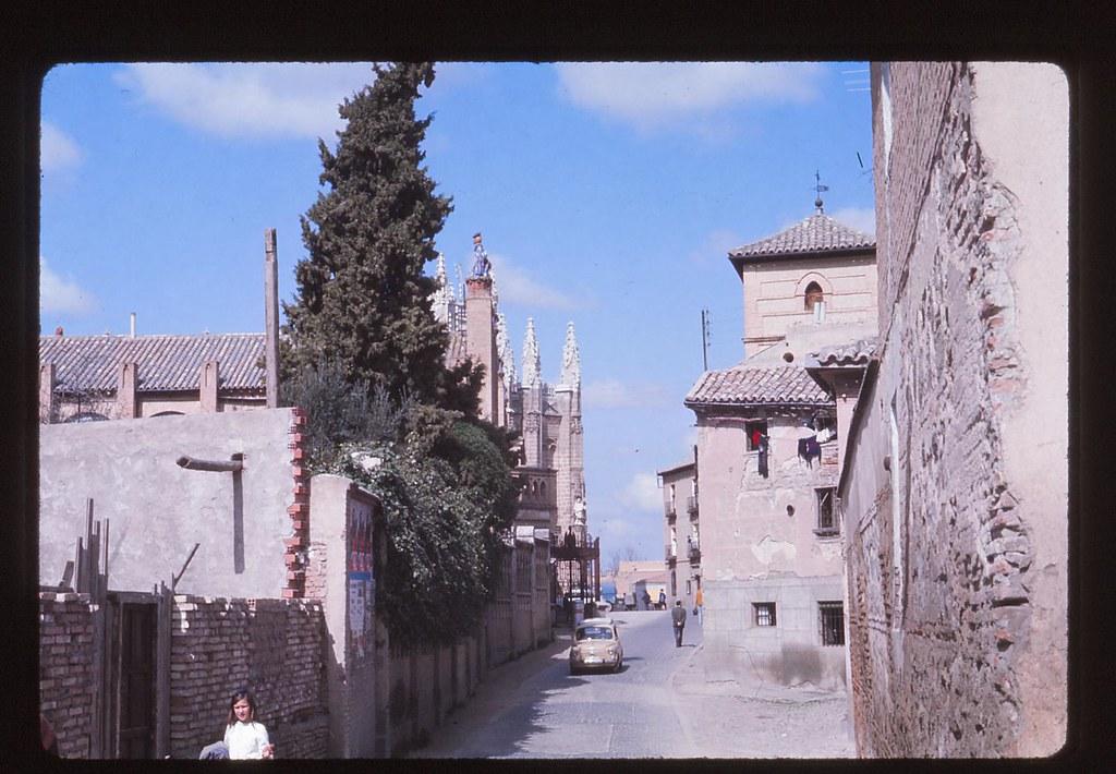 Calle Reyes Católicos en Toledo en 1967. Fotografía de John Fyfe