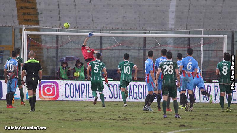 Alessandro Gatto (numero 10, di spalle), durante Catania-Monopoli 2016/17