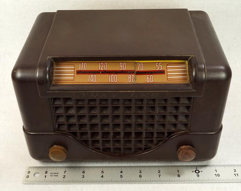 RD11401 Vintage Mid Century 1948 TRAV-LER 5066 Brown Bakelite Case TUBE RADIO DSC09645