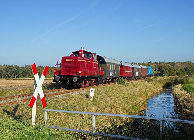 Die 260 555 der Museumseisenbahn MKO mit einem Sonderzug bei Lütetsburg, 16.10.2016
