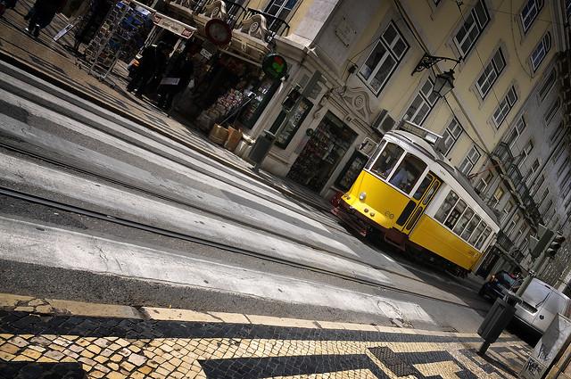 Lisboa Lisbonne tramway jaune street - atana studio