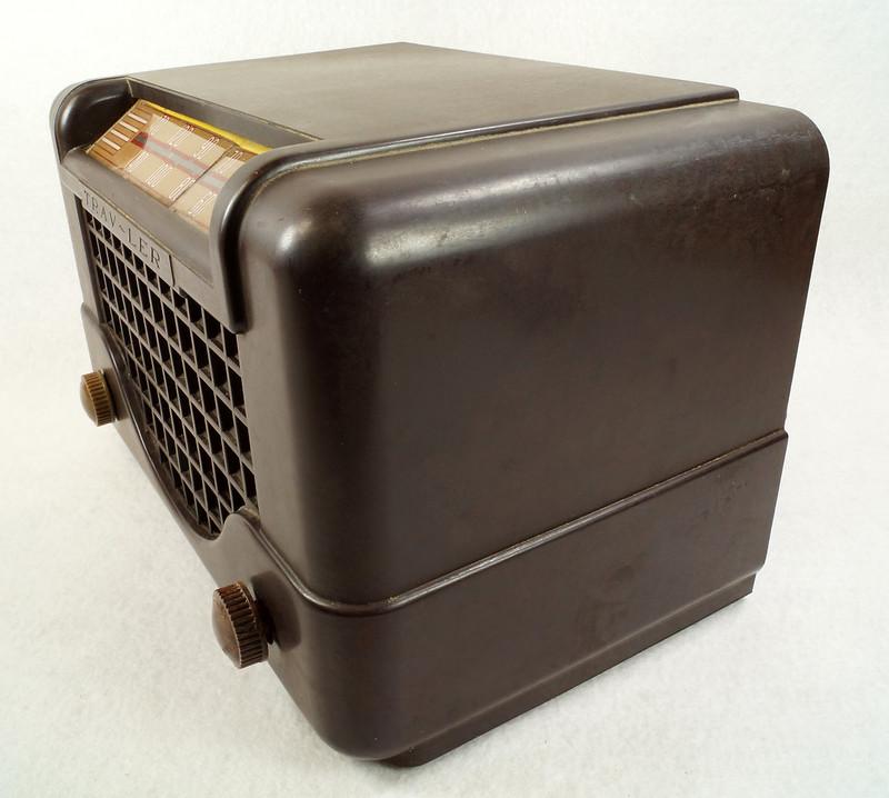 RD11401 Vintage Mid Century 1948 TRAV-LER 5066 Brown Bakelite Case TUBE RADIO DSC09652