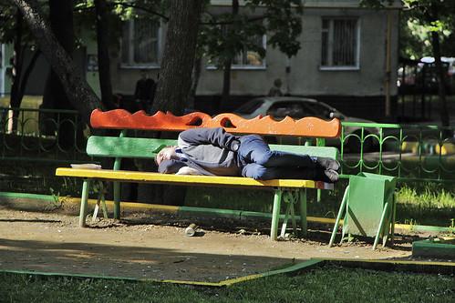 Пенсионер изнасиловал пьяного мужчину, уснувшего на скамейке