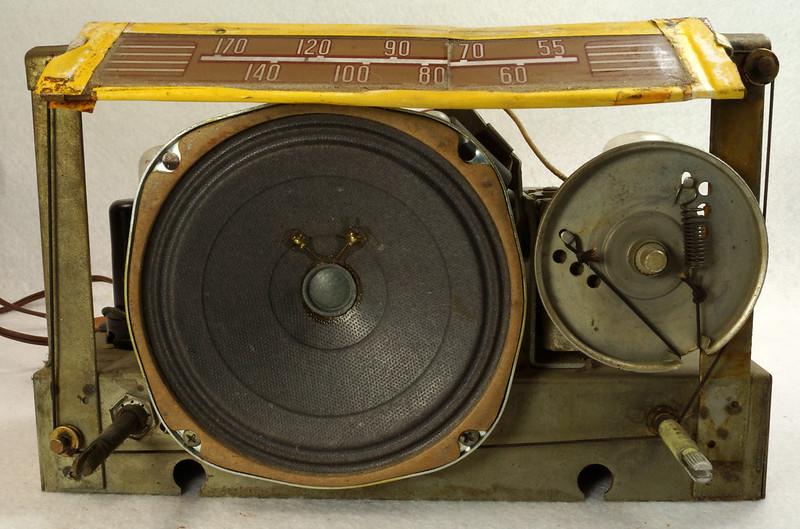 RD11401 Vintage Mid Century 1948 TRAV-LER 5066 Brown Bakelite Case TUBE RADIO DSC09637