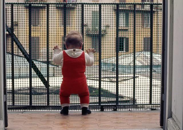 Bimbo sul terrazzino (1975)