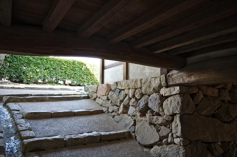 A imaginer avec pierres et eau chaude déversées par le plafond…