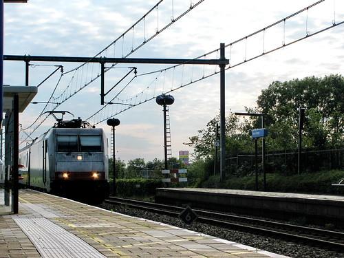 Om 10 over half 5 kwam de Traxx 186 142 langs rijden op station Nieuw vennep.   by remco2000