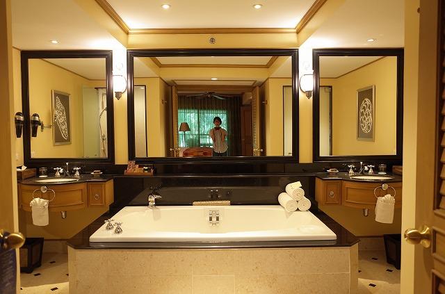 <p>i)マスタールームのバスルーム</p>