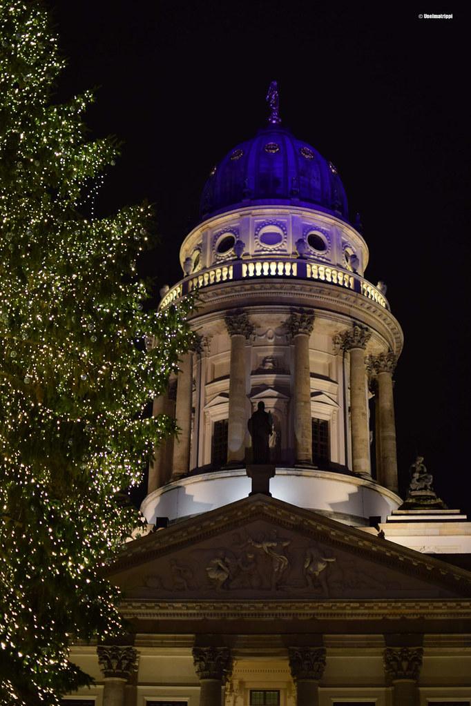 Joulukuusi ja valaistu torni Gendarmenmarktin joulumarkkinoilla Berliinissä
