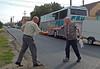 Inzwischen ist auch der Bus mit den Festteilnehmern aus Deutschland angekommen. Adi Csonti begrüßt den 82-jährigen Josef Herbst, den eine Fußverletzung nicht von der Reise abhalten konnte.