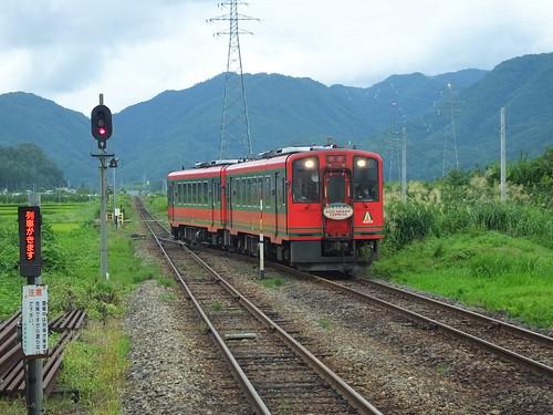 門田駅を通過する快速「AIZUマウントエクスプレス」号