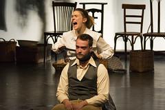 En la imagen se puede ver a dos intérpretes en un momento de la obra de teatro ofrecida el viernes 7 de octubre en el Ermua Antzokia
