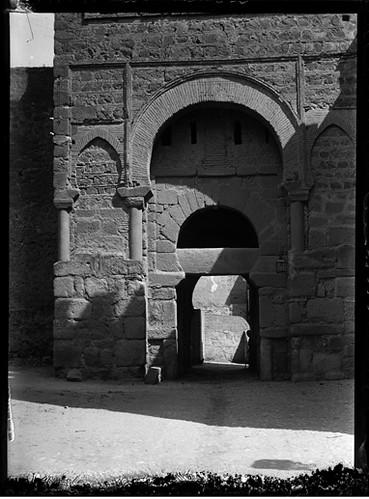 Puerta Vieja de Bisagra en Toledo hacia 1920. Fotografía de Enrique Guinea Maquíbar © Archivo Municipal de Vitoria-Gasteiz
