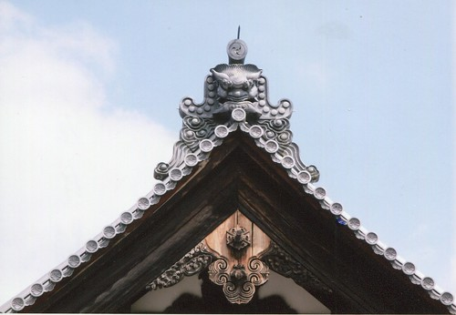 圖09.舖蓋屋瓦為唐草瓦 , 上面雕飾代表身份的章紋