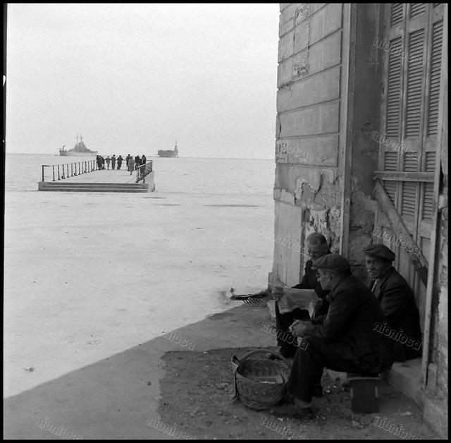 Στην παραλία του Νέου Φαλήρου με τα πλοία του 6ου Στόλου στο βάθος. Φωτογραφία: Mark Kauffman/Time Life Magazine, 11/1948.