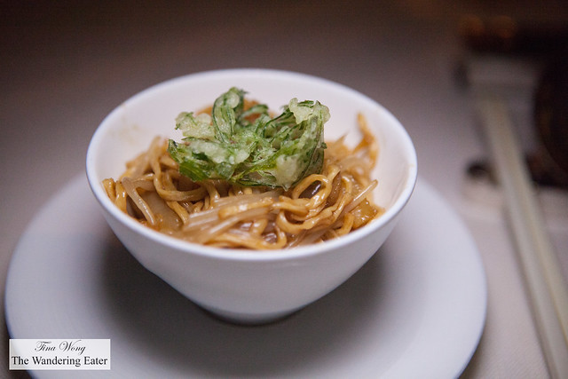 E-fu noodles with sea cucumber and fried leeks (京蔥海參燴伊麵)