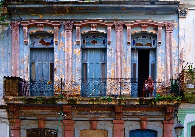balcón con niño